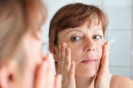 A esfoliação ajuda a renovar o aspecto da pele.