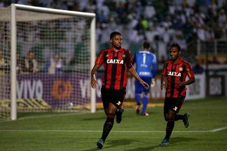 André, jogador do Sport, comemora seu gol durante partida contra o Palmeiras, válida pela 32ª rodada do Campeonato Brasileiro.