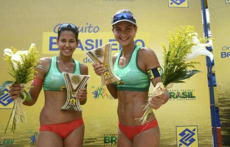 Duda (esq) e Elize Maia comemoram primeiro ouro no Brasileiro