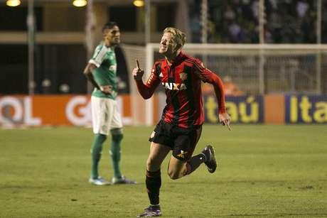 Marlone, do Sport, comemora seu gol sobre o Palmeiras.