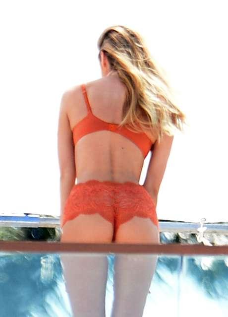 Candice posou com lingerie da marca Victoria's Secret