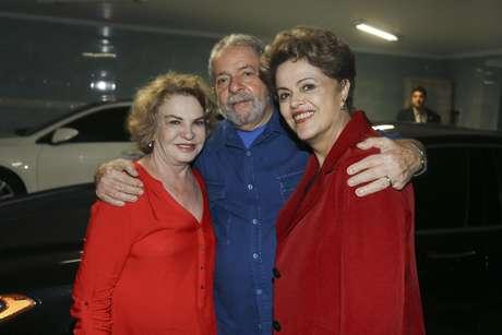 Lula posa abraçado com a mulher, Marisa Letícia, e Dilma