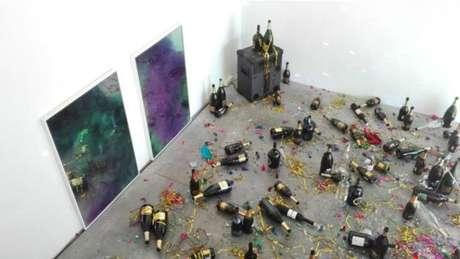 Faxineira achou que obra de arte era sujeira deixada por festa e caprichou na limpeza
