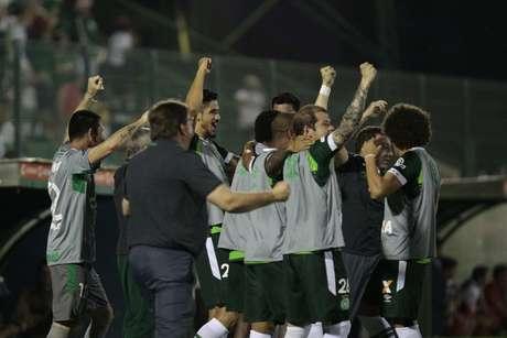 Banco da Chapecoense comemora primeiro gol de Bruno Rangel