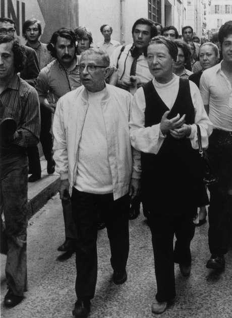 Trecho de livro de Beauvoir, nesta foto com o filósofo francês Jean-Paul Sartre, foi destaque no Enem
