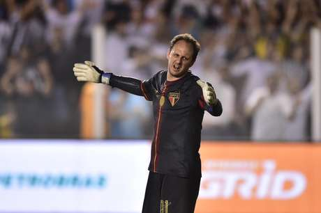 Machucado, Rogério Ceni foi substituído por Denis no segundo tempo