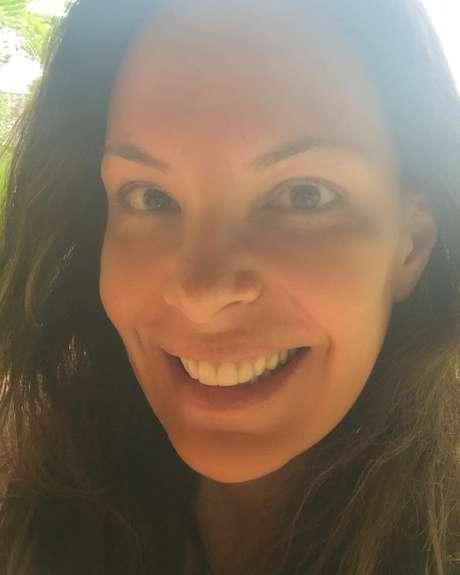 Aos 47 anos, Carolina Ferraz exibe rosto sem make na manhã desta sexta (30)