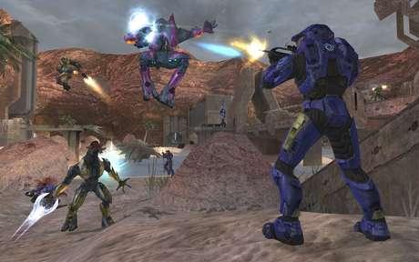Halo 2 foi o primeiro jogo da série a ser integrado ao serviço de multiplayer online Xbox Live