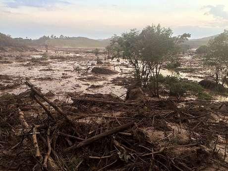 Uma barragem pertencente à mineradora Samarco se rompeu na tarde dessa quinta-feira (5), no distrito de Bento Rodrigues, zona rural a 23 quilômetros de Mariana, em Minas Gerais, e inundou a região com lama, rejeitos sólidos e água usados no processo de mineração