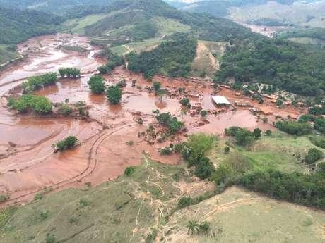 Ativistas fizeram protesto em frente à sede da mineradora Vale, controladora da Samarco, responsável pela exploração de minério de ferro nas barragens de Fundão e Santarém