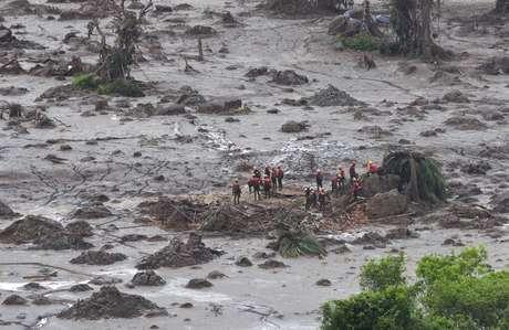 Equipe procura por desaparecidos em Bento Rodrigues, distrito de Mariana