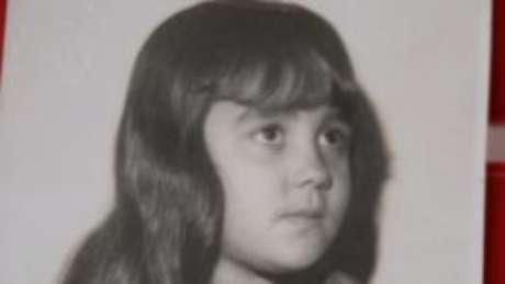Raquel quando criança, antes de ser vendida pela avó a um chefe do jogo do bicho