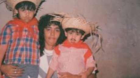 """Oliveira com os dois filhos, na época em que vivia no mundo do tráfico: """"Parece até que fui outra pessoa"""""""