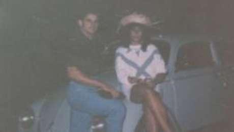 A escritora com Naldo, numa das poucas imagens que guarda da relação com o traficante morto em 1988