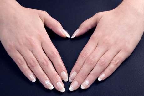 Técnica alonga as unhas e deixa um acabamento natural.