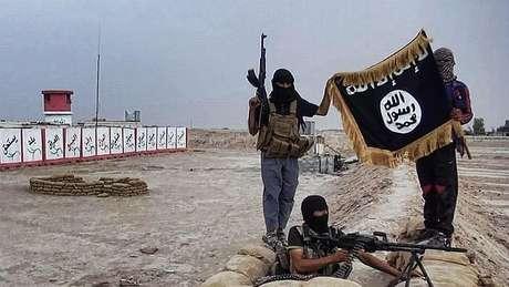Yihadistas del Estado Islámico con su bandera que los representa.