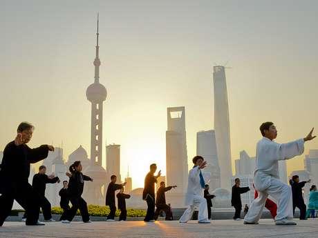 """En China, el """"boxeo de sombras"""" o tai chi es un deporte popular que la gente suele practicar por la mañana al aire libre. Sin embargo, lo que nació como arte marcial en China se impuso en el mundo occidental como un deporte saludable."""