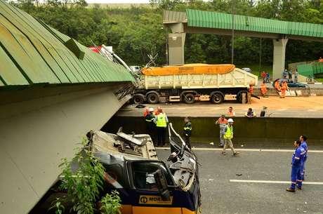 Caminhão derrubou passarela na altura do quilômetro 30 da Anchieta