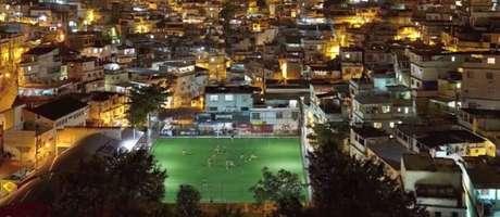 Campo no Morro da Mineira sendo iluminado pela energia gerada com a movimentação dos jogadores