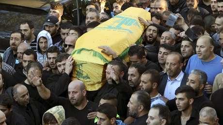 Funeral de Adel Termos; testemunhas afirmam que ele se lançou sobre um dos suicidas quando percebeu o ataque