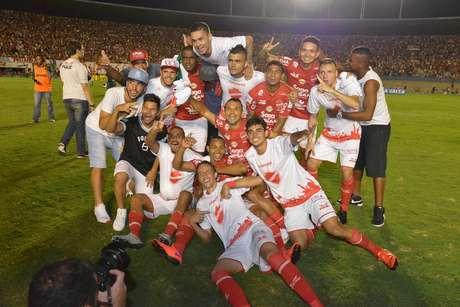 Jogadores do Vila Nova comemoram título da Série C