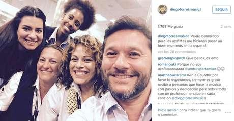 La foto con las azafatas mientras Diego espera su vuelo.