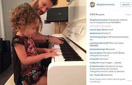 La conmovedora foto de las lecciones a su pequeña hija, Nina.