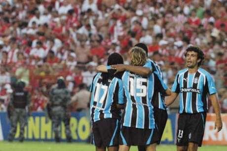 Mesmo com quatro expulsões, Grêmio vence Náutico naquela tarde de 2005