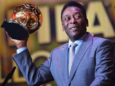Pelé recebeu a Bola de Ouro como homenagem em janeiro de 2014