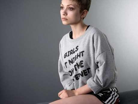 Tavi Gevinson usou uma blusa e um short para as fotos