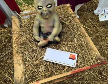 Grupo religioso local deixou uma carta criticando a decoração, perto da escultura de Jesus zumbi