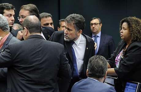 Deputados discutem durante reunião de apreciação do parecer de processo sobre Eduardo Cunha.