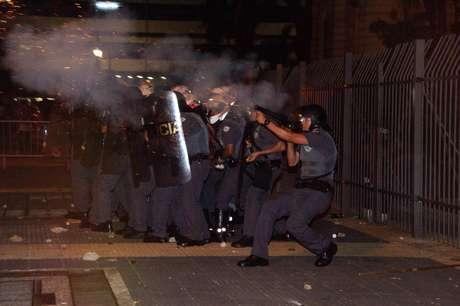 Confusão manifestantes e policiais na região da Secretaria de Educação durante Protesto de estudantes da rede estadual de ensino contra o fechamento das escolas na cidade de São Paulo.