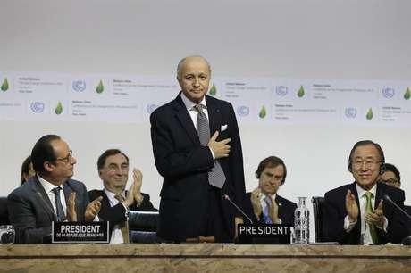 Laurent Fabius (C), ministro francês dos Negócios Estrangeiros e presidente da COP21