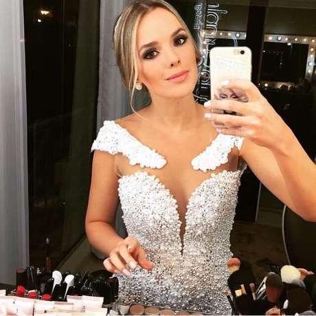 O vestido da cantora Thaeme teve transparências e aplicações no ombro. Fotos: Reprodução, Instagram