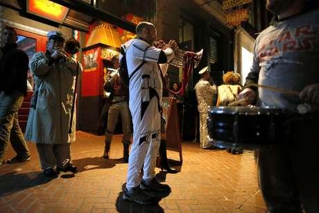 """Un miembro de la banda de música Intergalactic Krewe of Chewbacchus toca un instrumento el jueves 17 de diciembre en Nueva Orleans. El grupo, un club que desfila en el Mardi Gras, celebraba el estreno de la nueva película de """"La guerra de las galaxias"""" con disfraces, una banda de metales y un desfile por el Barrio Francés."""