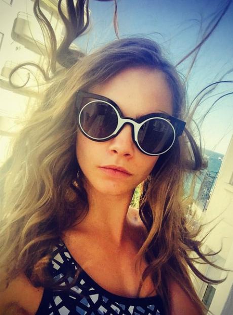 Cara postou esta foto em Cannes e agradeceu à marca Fendi pelos óculos