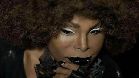 Em entrevista à BBC Brasil, cantora cobrou fim do racismo e relembrou infância em favela
