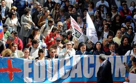 Professores e estudantes chilenos protestam por melhorias na educação