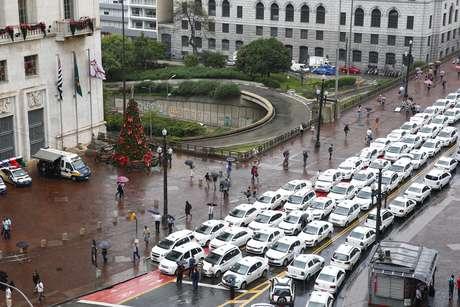 Taxistas protestam na manhã desta terça-feira (29) contra proposta da Prefeitura para regular o transporte feito por meio do aplicativo Uber.