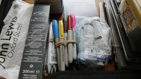 Instrumentos usados por Graham para pintar e desenhar estão sem uso sobre uma mesa de jantar