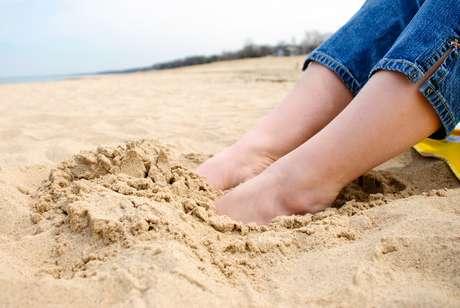 Caminhar descalço na areia é bom exercício para prevenir joanetes.