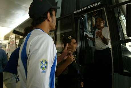 Benecy Queiroz (na porta do ônibus) é supervisor de futebol do Cruzeiro