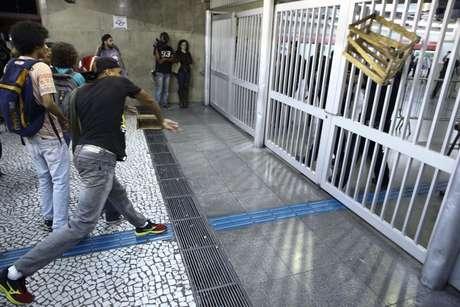 Caixa é arremessada contra os portões da estação Anhangabaú do metrô durante tentativa de invasão de manifestantes