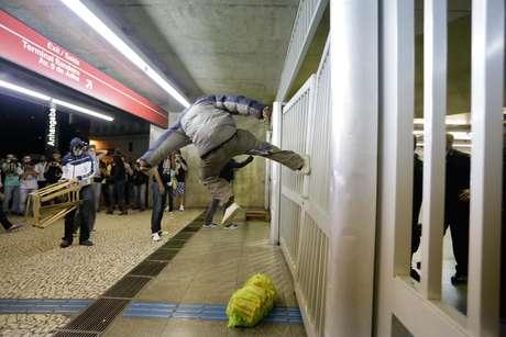 Homem chuta portão da estação Anhangabaú do metrô durante tentativa de invasão de manifestantes