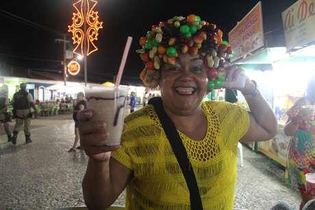 """Vilma Sereia é uma comerciante local que tem sua barraquinha na Passarela há 28 anos; ela conta que o drinque """"Capeta"""" continua sendo o que faz maior sucesso: ele leva abacaxi, pó e extrato de guaraná, vodca e leite condensado"""