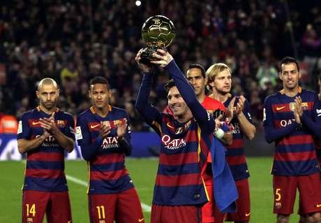 Messi mostra 5ª Bola de Ouro e recebe aplausos no Camp Nou
