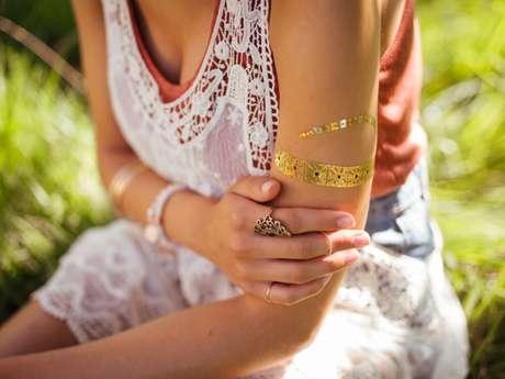 Tribais e palavras bonitas estão entre as opções de tattoos.