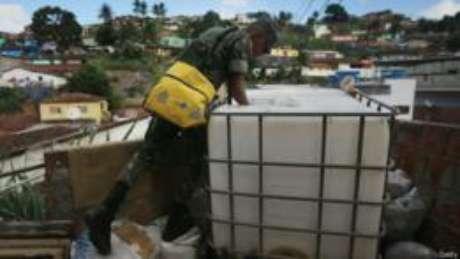 Soldado do Exército inspeciona caixa d'água no Recife. Ação das autoridades foi elogiada por especialista americano