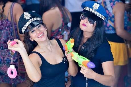 As foliãs Sara Delma e Ana Elvira, animaram os presentes no bloco do Peleja